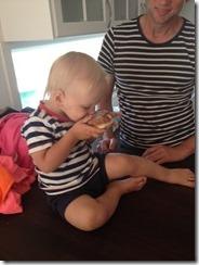 Oliver äter munk
