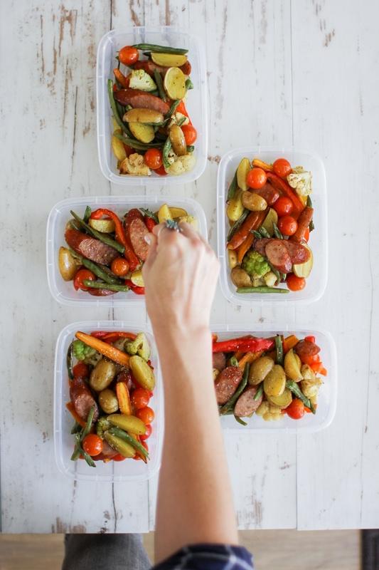 Ein Pan Whole30 Wurst und Gemüse Mahlzeit Prep