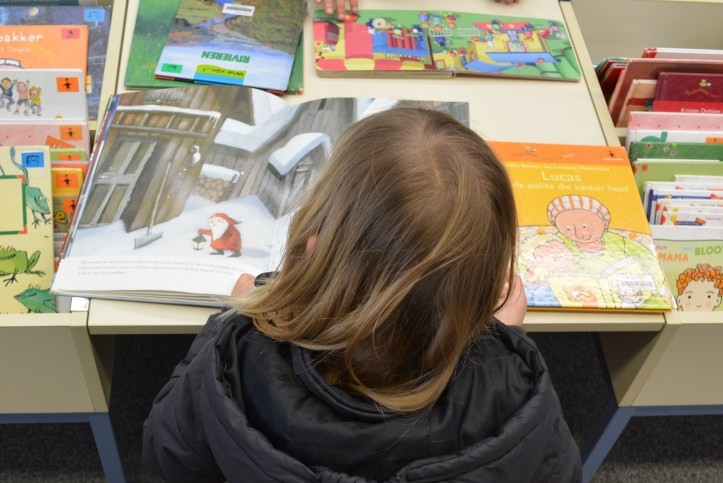 how to help your child read during the summer holidays by using your local library