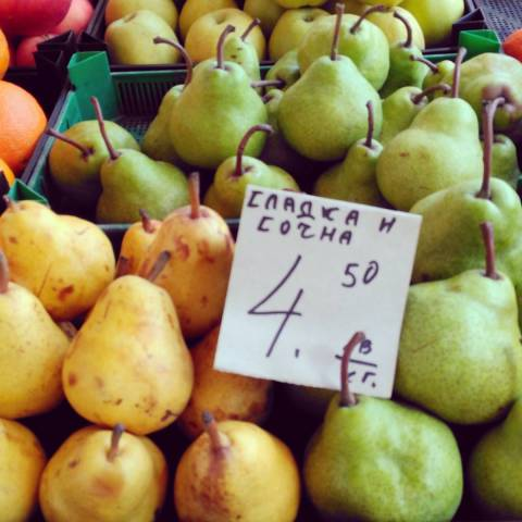 Pears-at-the-fruit-market-sofia-bulgaria