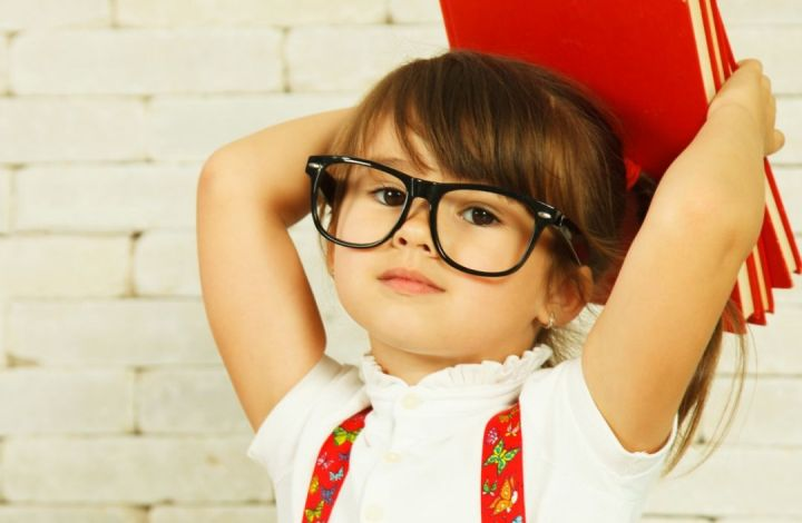 preschooler-girl-with-books