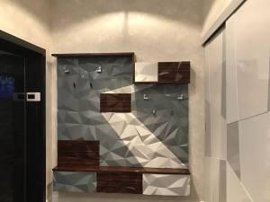 прихожая в современном стиле с 3д стеновой панелью в серых тонах