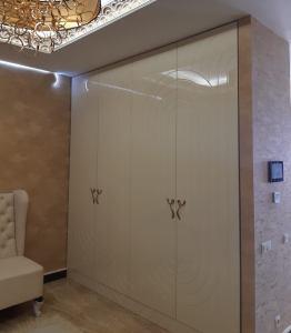 распашной шкаф в прихожую кремового цвета с фрезерованными фасадами покрытие эмаль глянец