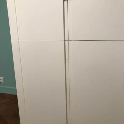 Вид на фасады распашного шкафа с интегрированными ручками.