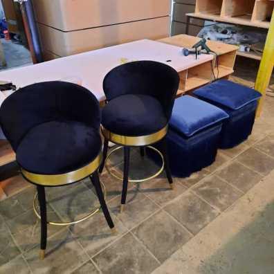 Эксклюзивные пуфы и барные стулья с отделкой латуни.