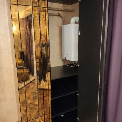 шкаф с состаренным зеркалом, зеркало расшито декором из массива, покрытие эмаль.