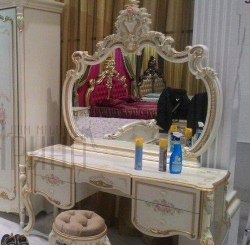 Стол туалетный  с зеркалом и пуфом