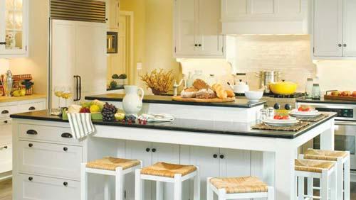 Монотонность цветов разнообразят разноцветные аксессуары и керамическая посуда