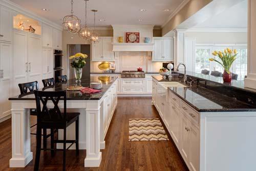 Хорошо подойдут кухонные шкафы из светлого дерева