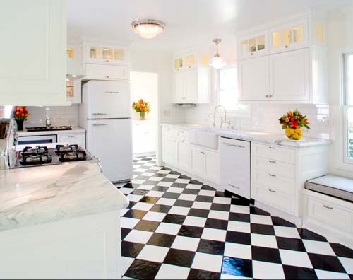 На пол часто кладут черно-белую плитку в шахматной раскладке