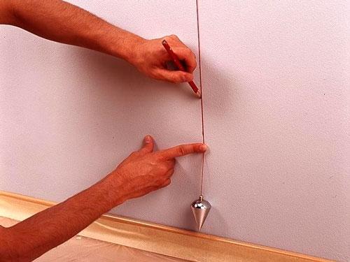 Без вертикального отвеса сложно провести перпендикуляр к полу