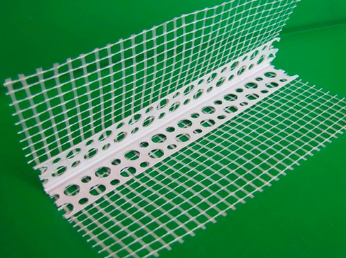 Внешние углы закрывают штукатурной сеткой или металлическими уголками
