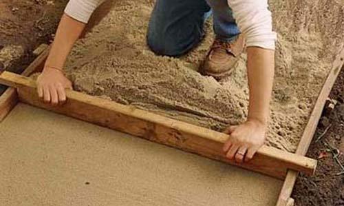 Слой песка с гравием надо утрамбовать