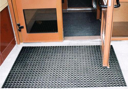 Можно установить решетки для обуви на входе в дом