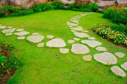 Садовые дорожки можно обустроить самостоятельно