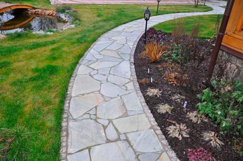 Камень отлично подходит в качестве материала для садовой дорожки