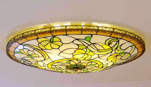 Витражный светильник украсит помещение