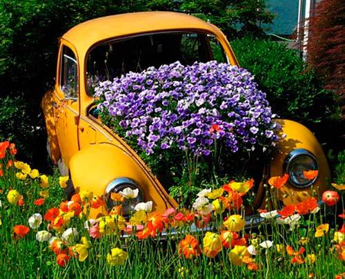 Старый автомобиль в качестве горшка для цветов
