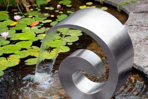 Если фонтан установить на берегу водоема, его устройство сильно упрощается