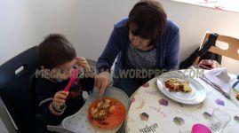Antek e Avoa comiendo