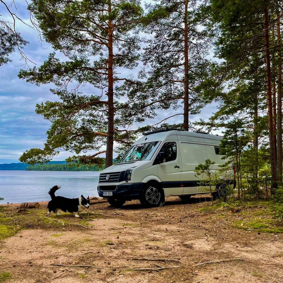 Vi parkerade på stranden vid sjön Torrvarpen.