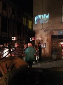 Projection sur les murs de la ville. Dans les images, Hubert, habitant non-voyant de Lautrec nous guide.