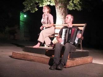 Arrivé au premier tableau, Loïc à l'accordéon, Marion accueille le public