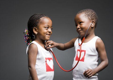 Deux enfants et un stéthoscope