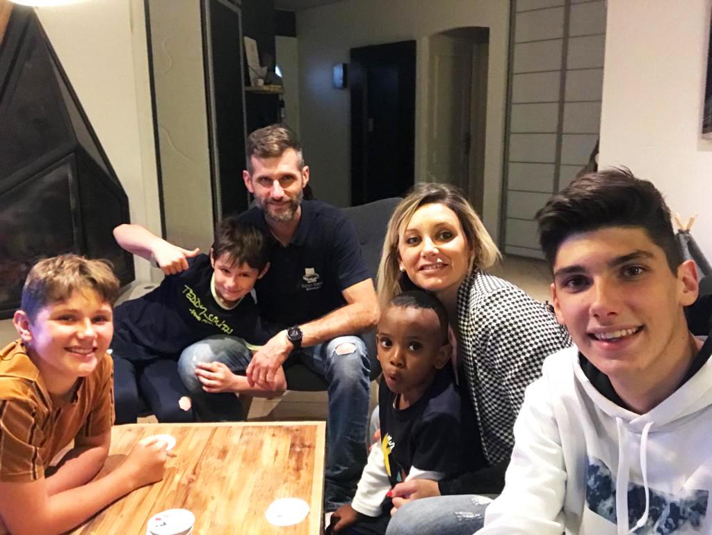 Junior et sa famille d'accueil