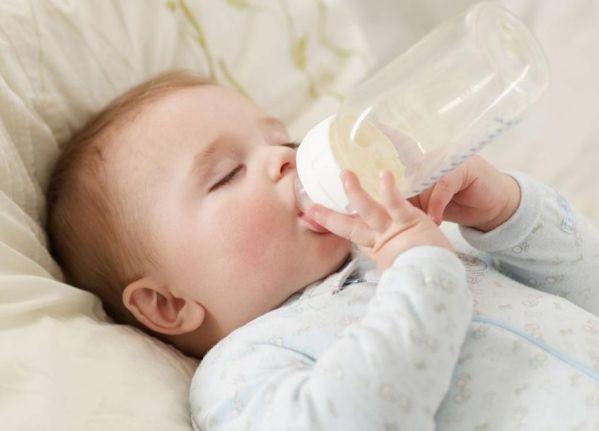 Khi nào mới có thể cho trẻ sơ sinh uống nước?