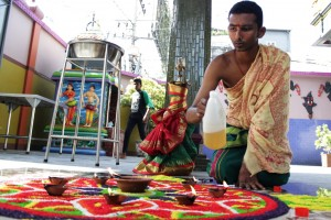 salah seorang pendeta menyalakan pelita di Kuil sri Mariamman ,jalan Teuku Umar,Kecamatan Medan Petisah