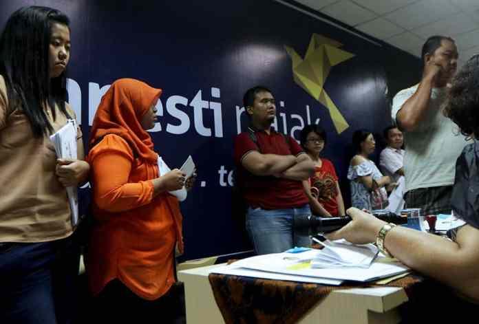 Petugas melayani warga mengikuti program pengampunan pajak (Tax Amnesty) di Kantor Pelayanan Pajak Sumut Wilayah I, Medan, Sumatra Utara, Kamis (29/9).MTD/Efendi Siregar