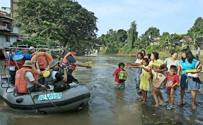 Wakil Wali Kota Medan, Akhyar Nasution membagikan makanan kepada warga saat mengarungi sungai Deli pada kegiatan peringatan Hari Sumpah Pemuda di Medan, Jumat 28 Oktober 2016. MTD/Dedis SJ