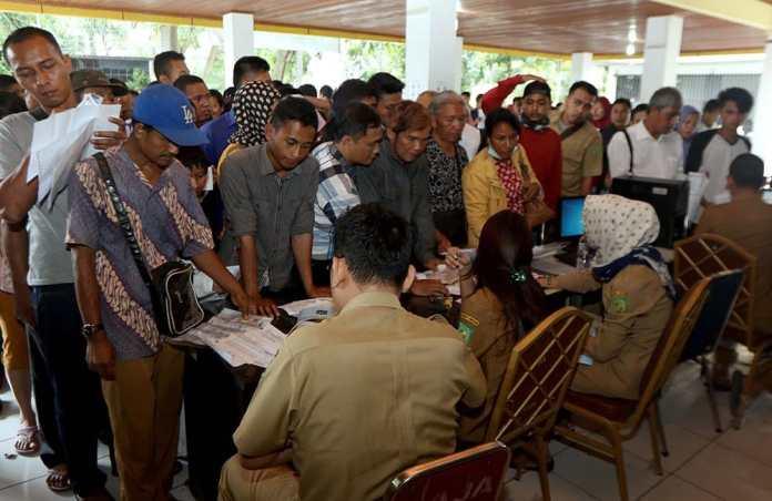 Ratusan warga mengantre untuk mengurus E-KTP di kantor Dinas Kependudukan Catatan Sipil (Disdukcapil) Kota Medan, Senin (3/10). MTD/Efendi Siregar