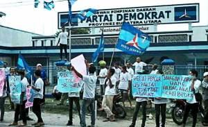 Puluhan kader Partai Demokrat Sumut saat menggelar aksi di depan kantor DPD Demokrat Jl STM Medan. Sebanyak 12 DPC Demokrat Sumut menggugat kepemimpinan JR Saragih, Selasa (29/11/2016). (Tribun Medan / Array)