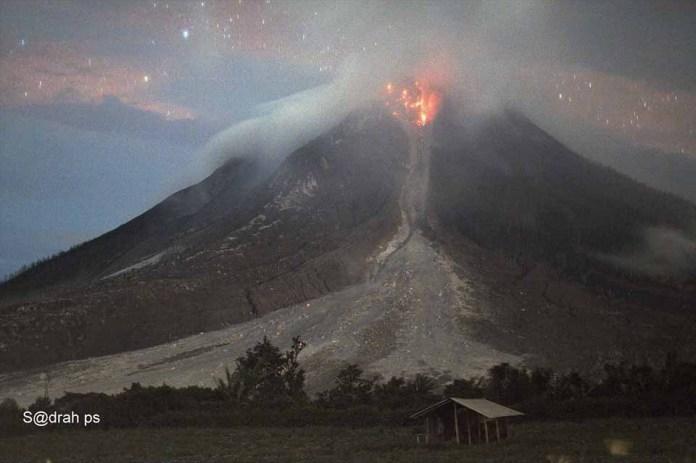 Sinabun(g) Lava Lobe 01.11.2016 @t 10.25 pm Taken From Tiga Kicat | Foto : Facebook Sadrah Peranginangin