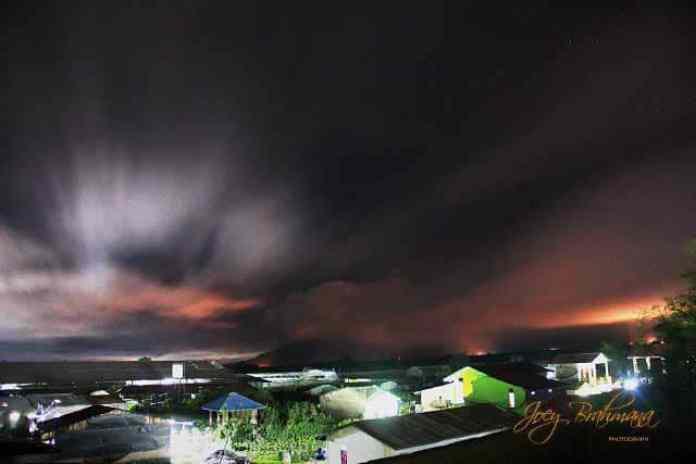 Erupsi Gunung Sinabung pada malam hari 01 November 2016. Foto : Facebook Joey Brahmana