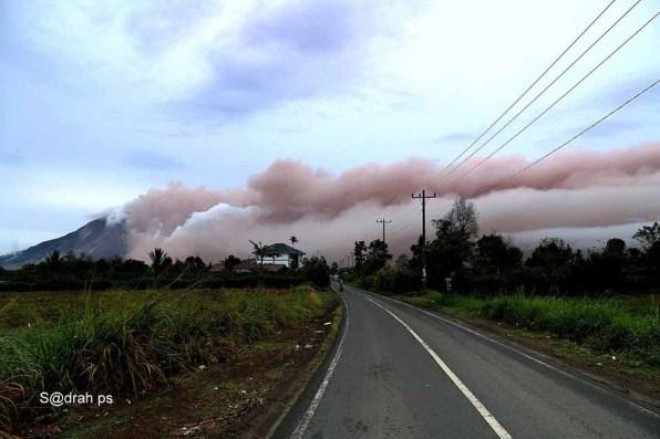 Abu Vulkanik ke arah Timur setelah terjadi Rentetetan erupsi Sinabun(g) 1 Nov 2016 @at o7.41 am Foto dari Simp Lingga Julu. Foto; Facebook Sadrah Peranginangin