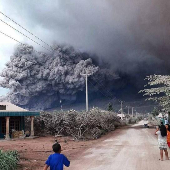 Erupsi Gunung Sinabung pada 01 November 2016. Foto : Facebook Pelin Depari