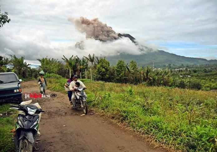 Erupsi Gunung Sinabung di pagi hari, 02 November 2016. Foto : Facebook Satar Ginting Seragih