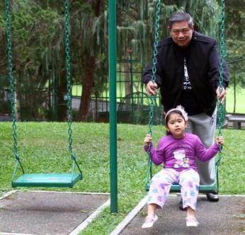 Presiden SBY bersama Aira, cucu pertamanya. (sumber:twitter@SBYudhoyono)