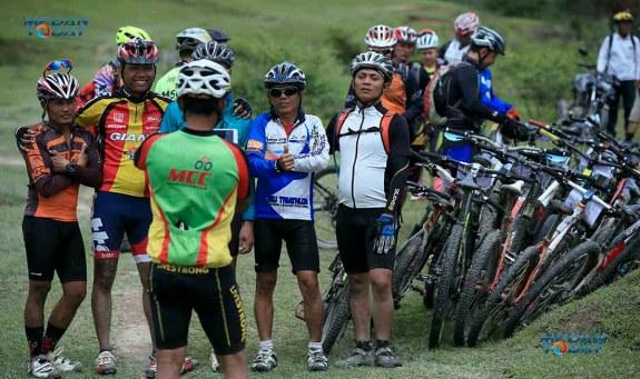 """Sejumlah peserta foto bersama usai tiba di garis finish di Danau Sindihoni saat mengikuti kompetisi sepeda gunung """"Toba Volcano Enduro Race"""" di Samosir, Sabtu (10/12). Dedi Sinuhaji for medanToday.com"""
