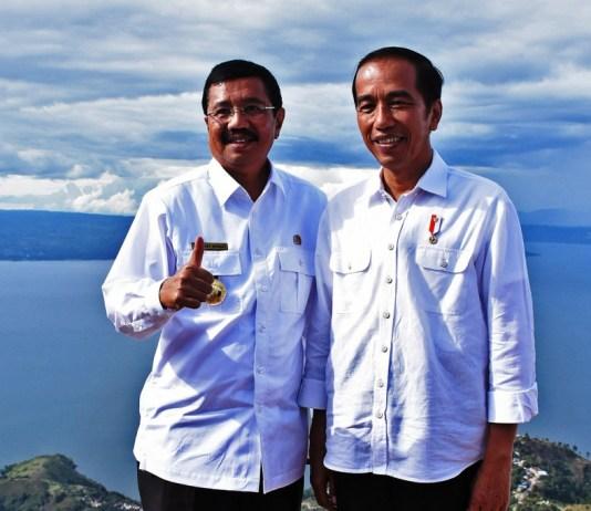 Gubernur Sumut Tengku Erry Nuradi (kiri) saat berfoto bersama Presiden RI Jokowi (kanan) di seputaran kawasan pemanadngan Danau Toba, Sabtu (14/10/2017). (medanToday.com)