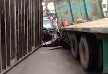 Sebuah Grand Livina dihantam truk kontainer di Simpang Empat Angkatan 66, Palembang, Selasa (17/10/2017), pukul 11.30 WIB. (Sriwijaya Post)