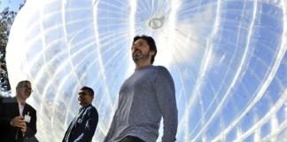 Google co-founder and President of Alphabet Sergey Brin (kanan) berjalan di samping balon raksasa Project Loon di Kantor Google X Mountain View, California, Amerika Serikat, Rabu (28/10). Project Loon berfungsi sebagai menara telepon seluler (BTS) terbang yang memancarkan sinyal untuk telepon pintar (smart phone), berbentuk balon raksasa mengudara dengan angin stratos fenik di ketinggian dua kali pesawat komersial atau sekitar 20 kilometer dari permukaan bumi. ANTARA FOTO/Yudhi Mahatma/foc/15.