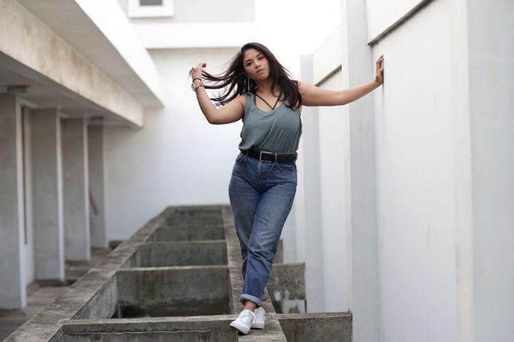 Nadine Waworuntu berpose saat mengunjungi kantor redaksi Kompas.com, Jakarta, Selasa (16/5/2017). Ia terlibat dalam project web series Anak Artis Season 3.(KOMPAS.com / KRISTIANTO PURNOMO)