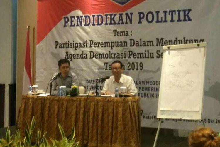Mantan menteri era Abdurrahman Wahid, Ryaas Rasyid (kanan) saat mengisi diskusi bertema Partisipasi Perempuan dalam Mendukung Agenda Demokrasi Pemilu Serentak Tahun 2019, di Jakarta, Senin (16/10/2017).(KOMPAS.com/ESTU SURYOWATI)