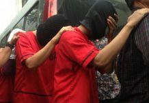 Lima tersangka kasus prostitusi kaum gay di T1 Spa, Harmoni Plaza, Jakarta Pusat dihadirkan dalam olah tempat kejadian perkara (TKP) yang digelar Senin (9/10/2017).(Kompas.com/Sherly Puspita)