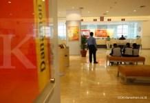 """Nama Perusahaan : Bank Danamon Indonesia ;Jenis Usaha : Perbankan;Alamat : PT Bank Danamon Indonesia, Tbk. Menara Bank Danamon. Jl. Prof. Dr. Satrio Kav. E4 No. 6 Mega Kuningan, Jakarta 12950, Indonesia. Phone: (62 21) 5799 1001-03 Jumlah Karyawan : 64.132 orang ;Tentang Perusahaan : - PT Bank Danamon Indonesia Tbk. didirikan pada 1956. Nama Bank Danamon berasal dari kata """"dana moneter"""" dan pertama kali digunakan pada 1976, ketika perusahaan berubah nama dari Bank Kopra. Pada 1988, untuk tujuan membangun kompetisi dalam sektor perbankan Bank Danamon menjadi salah satu bank valuta asing pertama di Indonesia, dan menjadi perusahan publik yang tercatat di Bursa Efek Jakarta. ;- Sebagai 'surviving entity' dari peleburan 9 Bank Taken Over (BTO) pada masa krisis keuangan Asia di akhir 1990-an, Danamon telah bangkit menjadi salah satu bank swasta terbesar dan terkuat di Asia. Didukung oleh lebih dari 50 tahun pengalaman, Danamon terus berupaya untuk memenuhi brand promise-nya untuk menjadi bank yang """"bisa mewujudkan setiap keinginan nasabah"""". ;- Danamon adalah bank ke-enam terbesar di Indonesia berdasarkan aset, dengan jaringan sejumlah sekitar 2.074 pada akhir Juni 2015, terdiri dari antara lain kantor cabang konvensional, unit Danamon Simpan Pinjam (DSP) dan unit Syariah, serta kantor-kantor cabang anak perusahaannya. Danamon juga didukung oleh serangkaian fasilitas perbankan elektronik yang komprehensif. ;Keterangan foto : danamon.co.id"""
