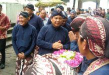 Ketua Umum Gerindra Prabowo Subianto (tengah) berkunjung ke makam Raja Imogiri, Bantul, DI Yogyakarta, Senin (13/11/2017).(KOMPAS.com/MARKUS YUWONO)